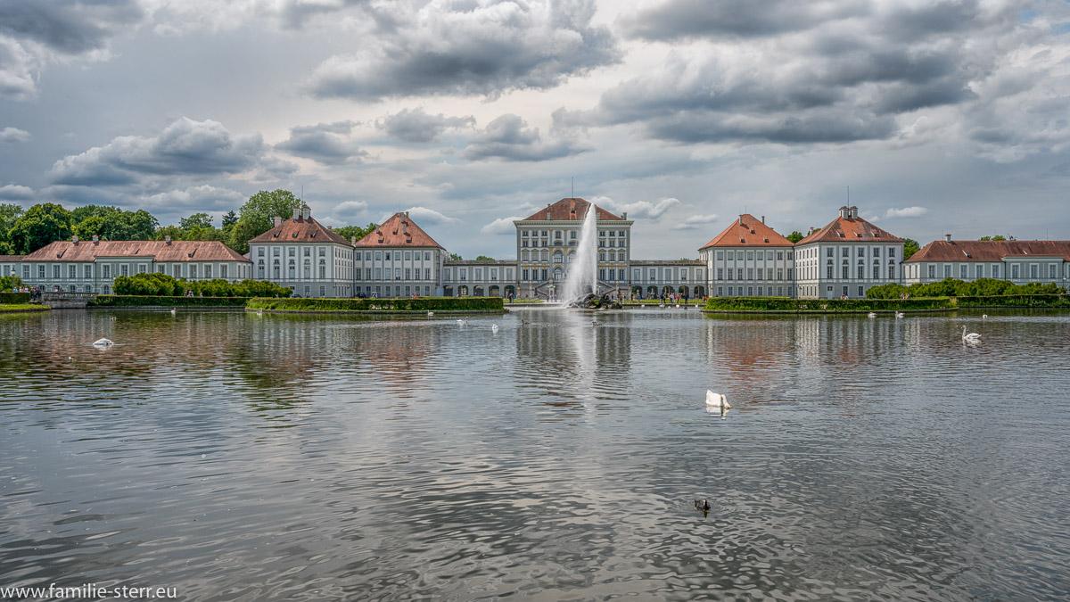 Der Platz vor dem Schloss Nymphenburg mit Fontäne bei aufziehendem Gewitter