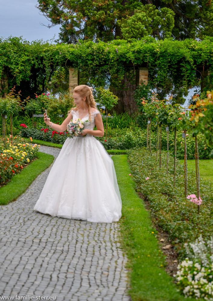Braut macht Selfie auf der Blumeninsel Mainau
