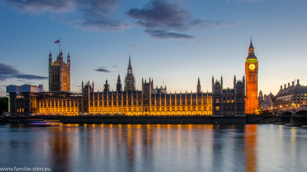 Blick über die Themse auf die Houses of Parliament und den Big Ben bei Sonnenuntergang