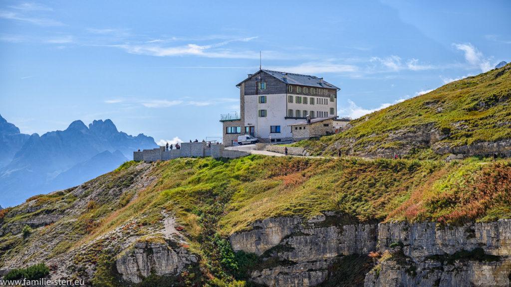 Die Auronzo Hütte am Fuße der Drei Zinnen / The Cime