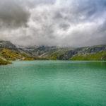 Weisssee im Nationalpark Hohe Tauern unter einer dichten Wolkendecke