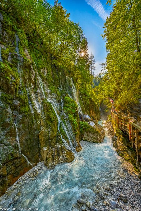 Zahlreiche kleine Wasserfälle stürzen über die Felswände in den Wimbach in die Wimnbachklamm beim Ramsau