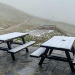 schneebedeckte Tische auf der Terrasse der Rudolfshütte beim Weißsee im Salzburger Land