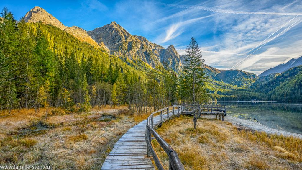 Steg am Rundweg um den Antholzer See in Südtirol an einem sonnigen Herbsttag
