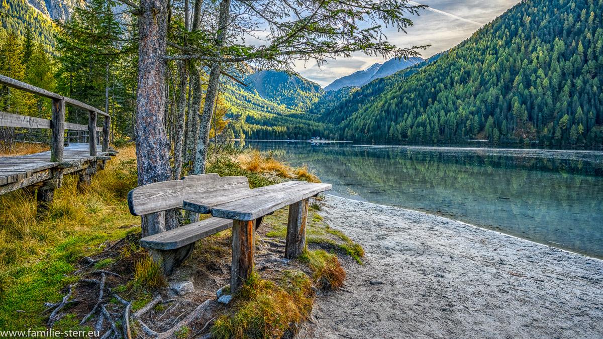 Bank am Rundweg um den Antholzer See in Südtirol mit Blick über den See und in die Dolomiten