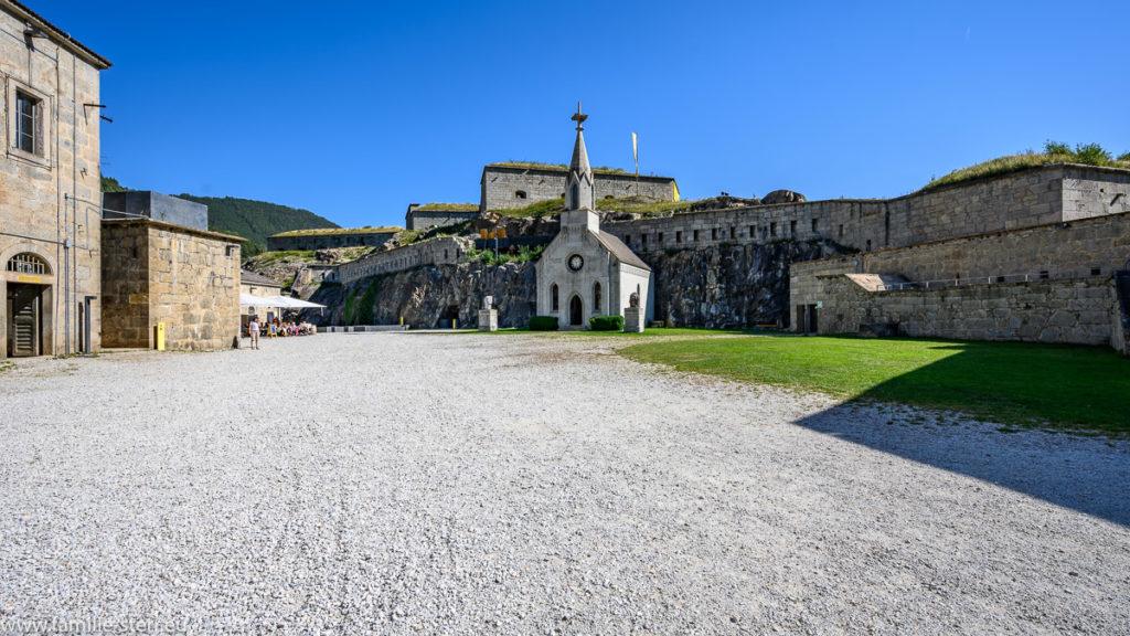 Kirche mi Innenhof der unteren Festung der Franzensfeste in Südtirol