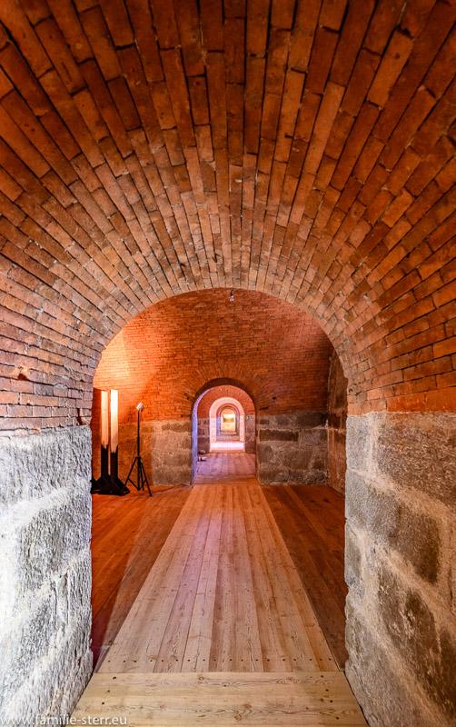 beleuchtete Kasematten in der Franzensfeste werden als Ausstellungsräume für ein Museum und Kunstwerke genutzt