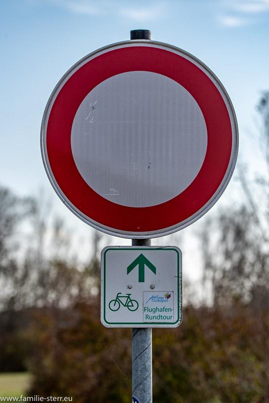 """Verkehrszeichen 250 - Verbot für Fahrzeuge aller Art mit Zusatzschild """"Radweg Flughafen München"""""""