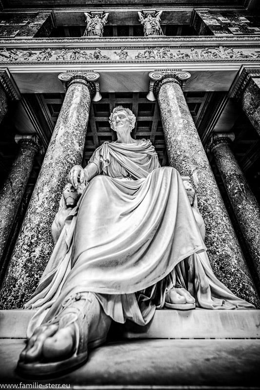 Statue von König Ludwig I. in der Walhalle bei Donaustauf