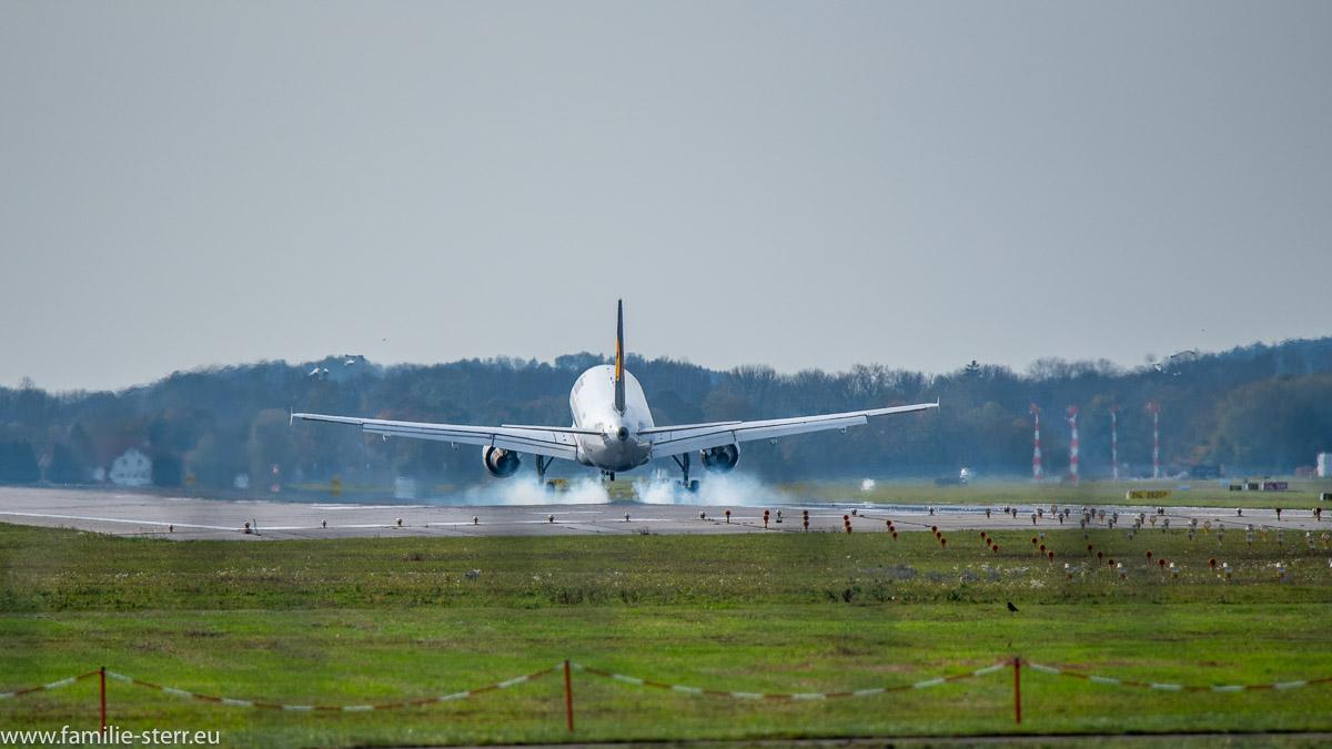 Airbus A 320 D-AIPS der Lufthansa bei der Landung auf der Bahn 26L in München