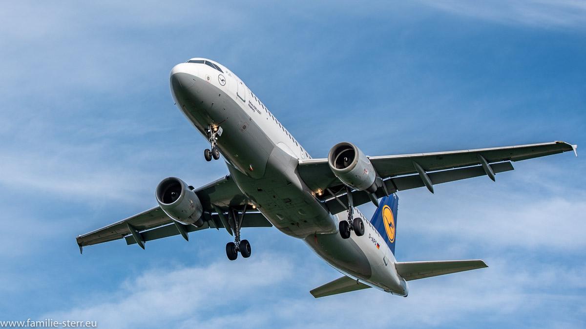 Endanflug der D-AIPS auf die südliche Landebahn 26L in München