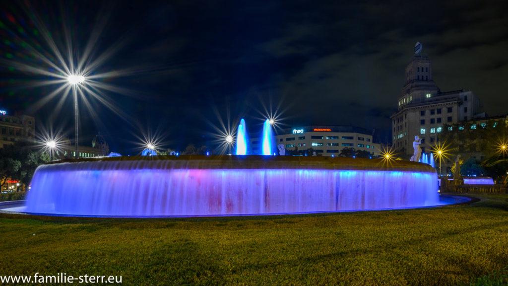 nächtlicher beleuchteter Brunnen an der Placa de Catalunya in Barcelona