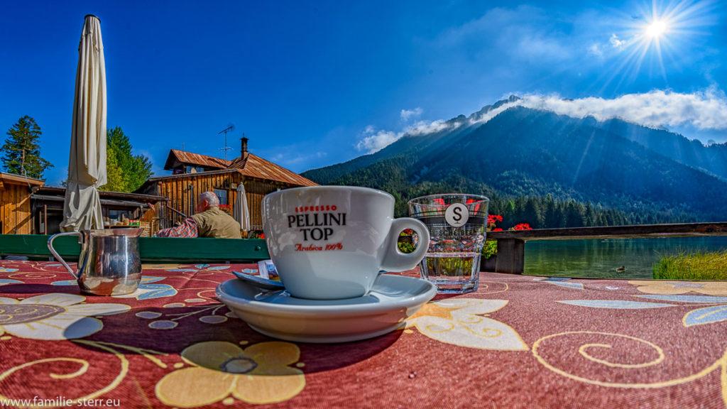 Tasse Kaffee am Restaurant am Toblacher See bei strahlendem Sonnenschein
