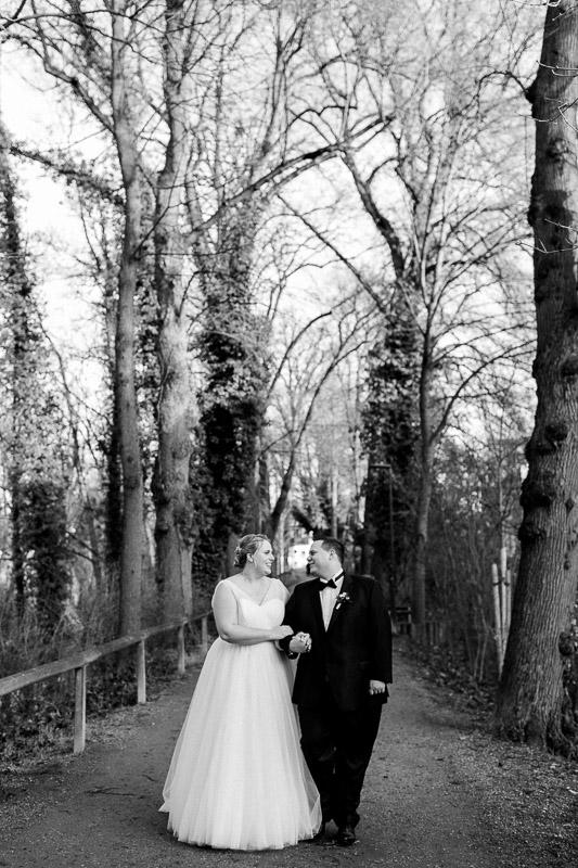 Katharina und Danile bei der Hochzeit in schwarz-weiß