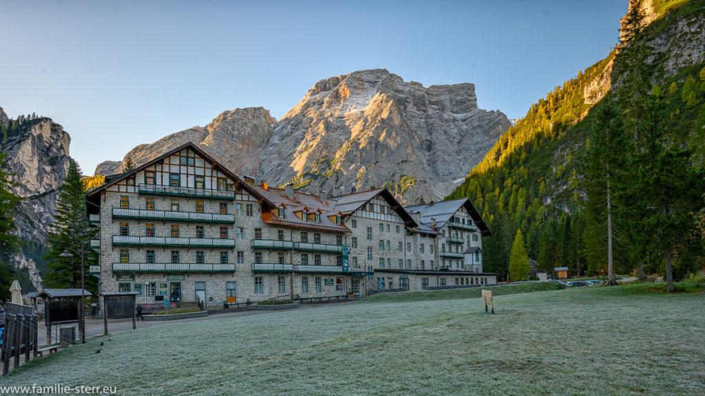 Hotel Pragser Wildsee an einem frühen Herbstmorgen