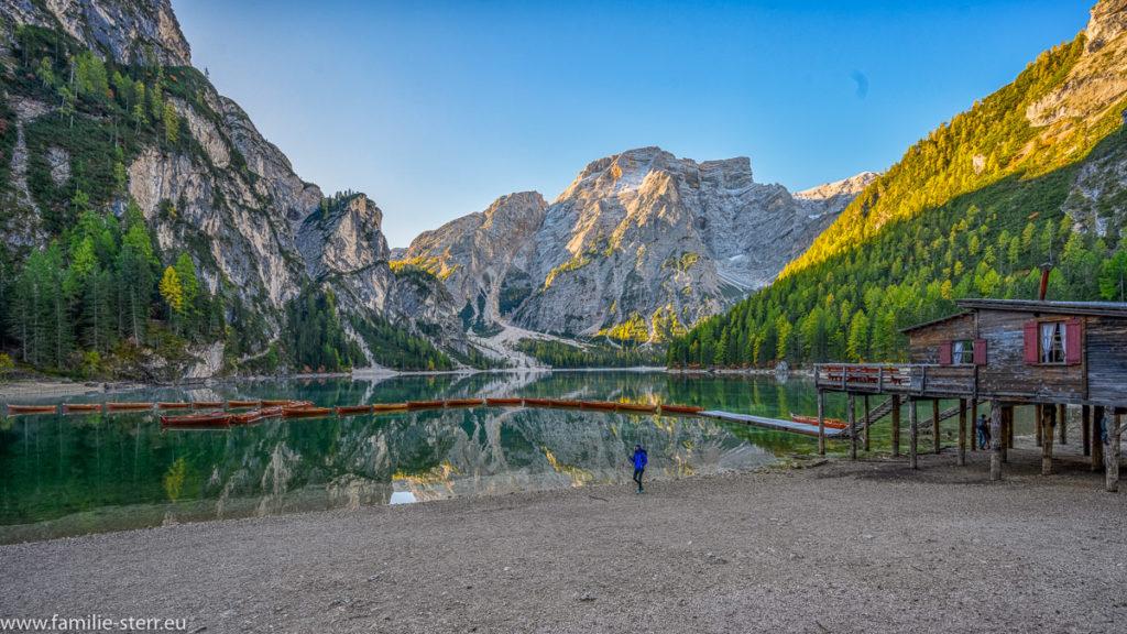 Bootshaus mit Bootsverleih am Pragser Wildsee in den Südtiroler Dolomiten