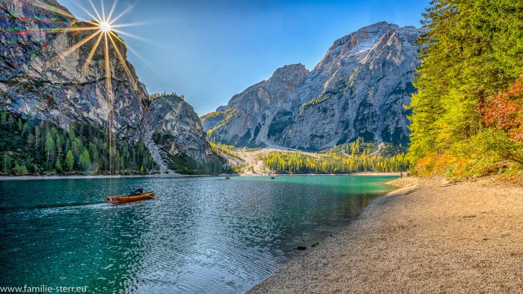 strahlender Sonnenschein über den Dolomiten am Pragsser Wildsee in Südtirol