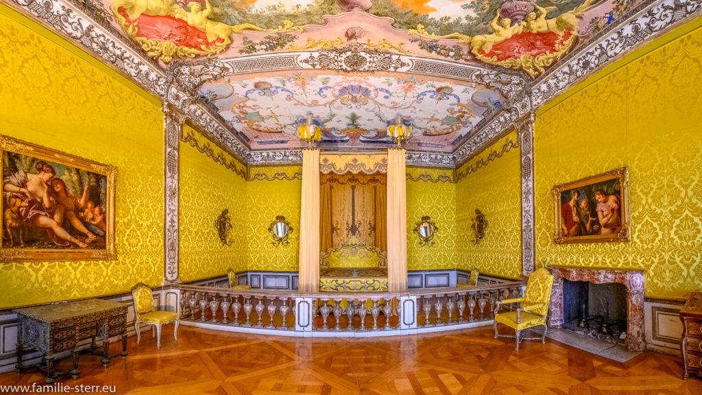 Großes Himmelbett im Paradeschlafzimmer der Kurfürstin im Obergeschoss des Neuen Schloss Schleissheim