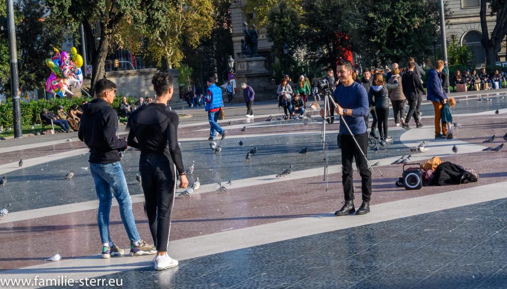 Verwendung eines Stativs für ein Foto in Barcelona
