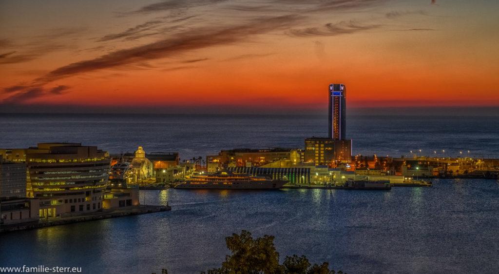 Sonnenaufgang über dem Hotel W im Hafen Port Vell von Barcelona