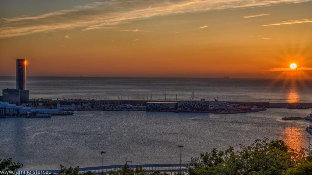 Sonnenaufgang über dem Hafen von Barcelona
