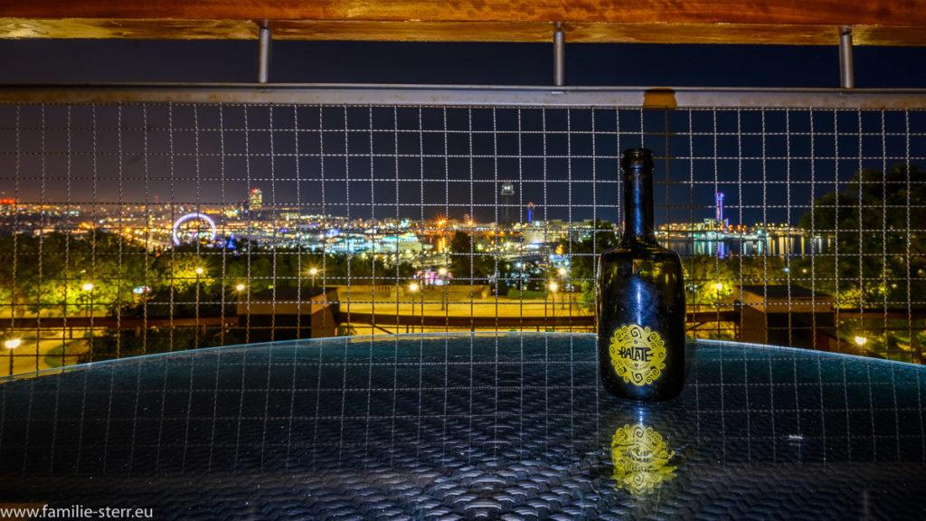 ein Balate - Bier auf der Terrasse im Hotel Mirarmar mit Blick über den Hafen von Barcelona
