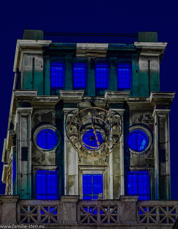 blau beleuchteter Uhrenturm an den TU München