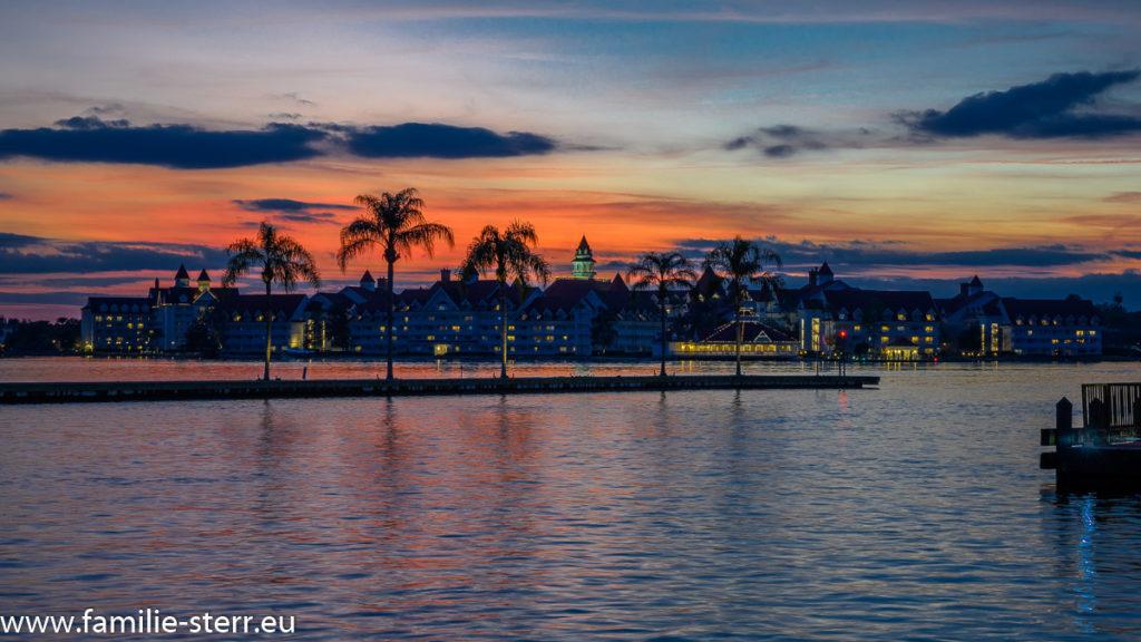 Sonnenunternag +ber dem Grand Floridian Hotel an der Seven Seas Lagoon in der Walt Disney World in Florida