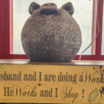 "Schild ""My husband an I are doing a Workshop -He Works and I Shop"