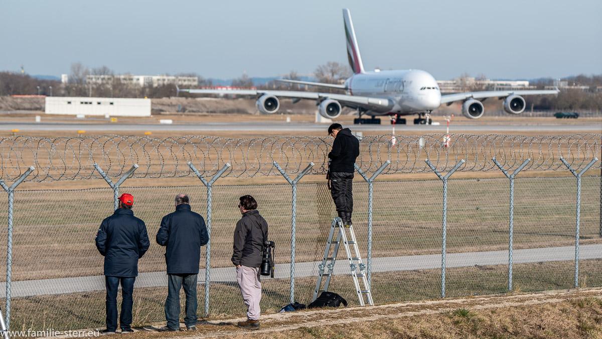 Spotter am Flughafen ignorieren einen Airbus A380 beim Start am Flughafen München