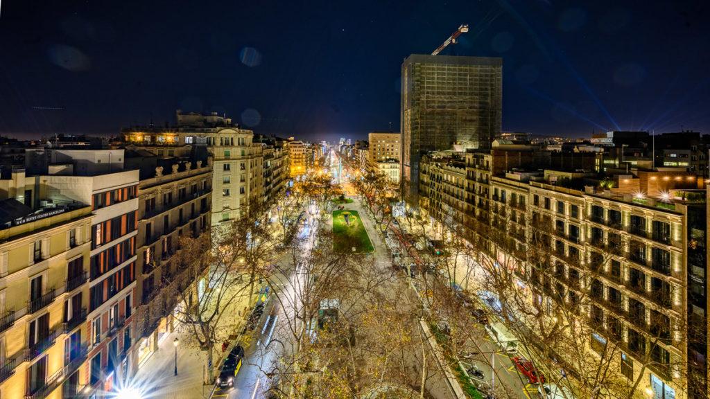 Blick über den nächtlichen Passeig de Gracia in Barcelona von der Rooftop Bar im Hotel Casa Fuster in Barcelona