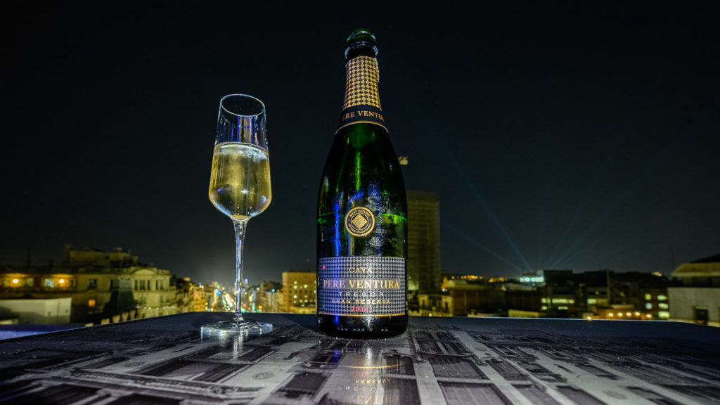 Glas unf Lascha Cava Tresor Nachts in der Rooftop Bar des Hotels Casa Fuster in Barcelona