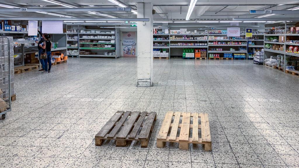 leergeräumtes Klopapier - Regal in einem Münchner Großmarkt