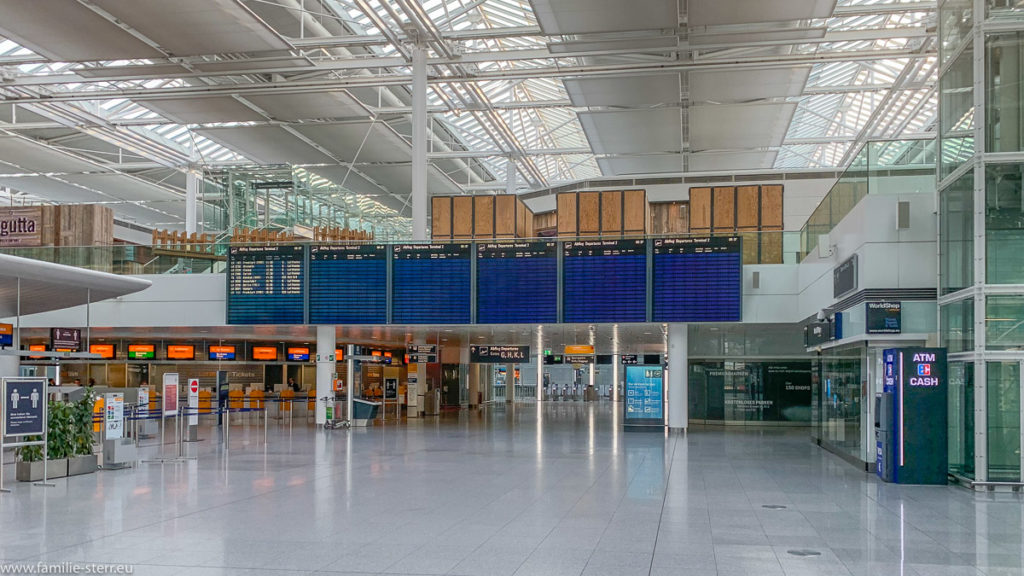 fast leere Anzeigetafel mit Rumpfflugplan im fast menschenleeren Terminal 2 am Flughafen München