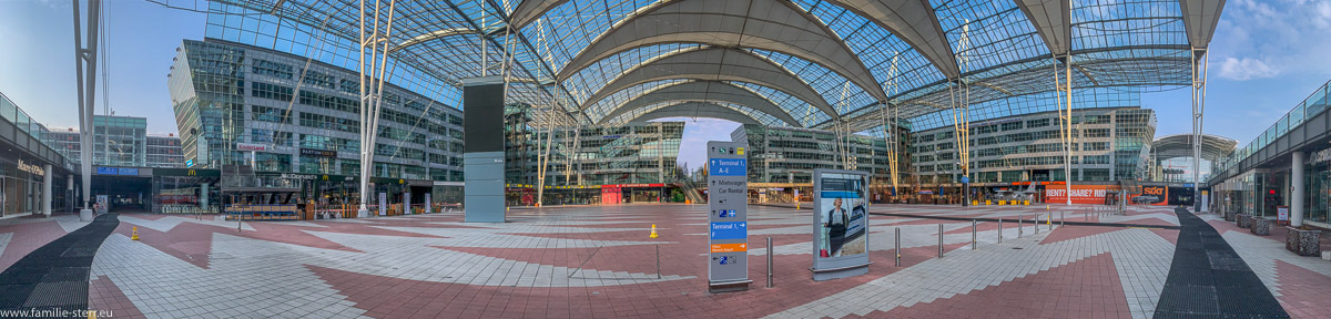 Panoramaaufnahme des Munich Airport Centers ist wegen der Corona - Pandemie menschenleer
