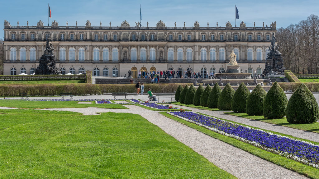 das Schloss Herrenchiemsee mit vielen Besuchern
