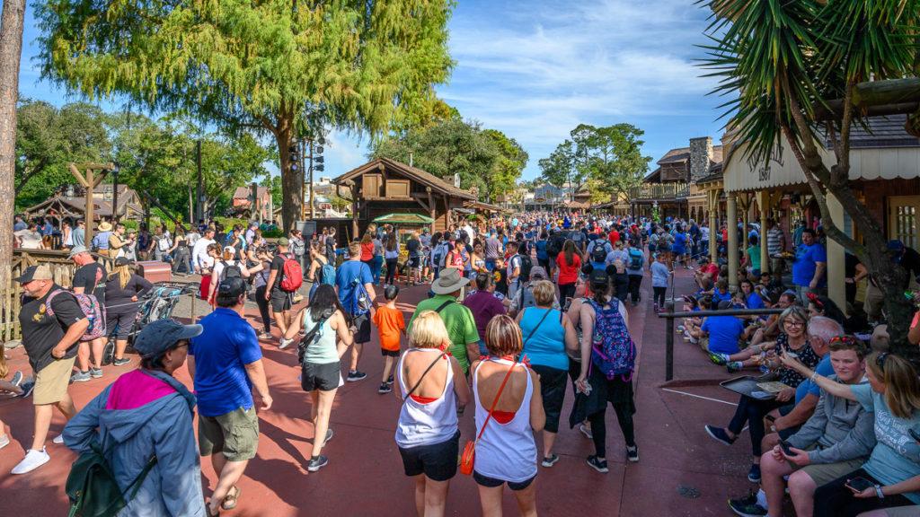 eine große Menschenmenge im Frotier Land / Magic Kingdom / Disney World Florida