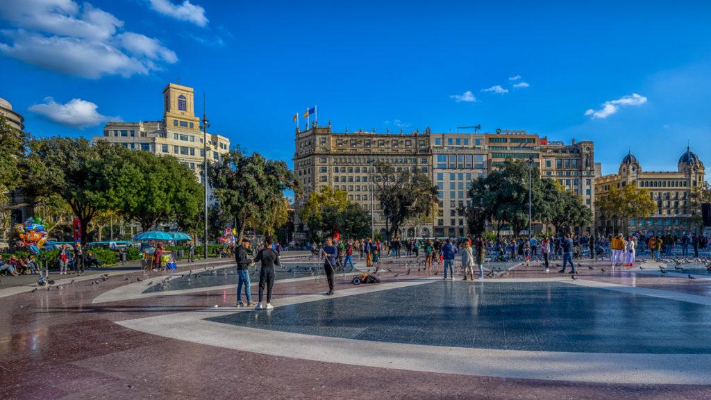 Menschen und Tauben auf der Plaza Catalunya in Barcelona