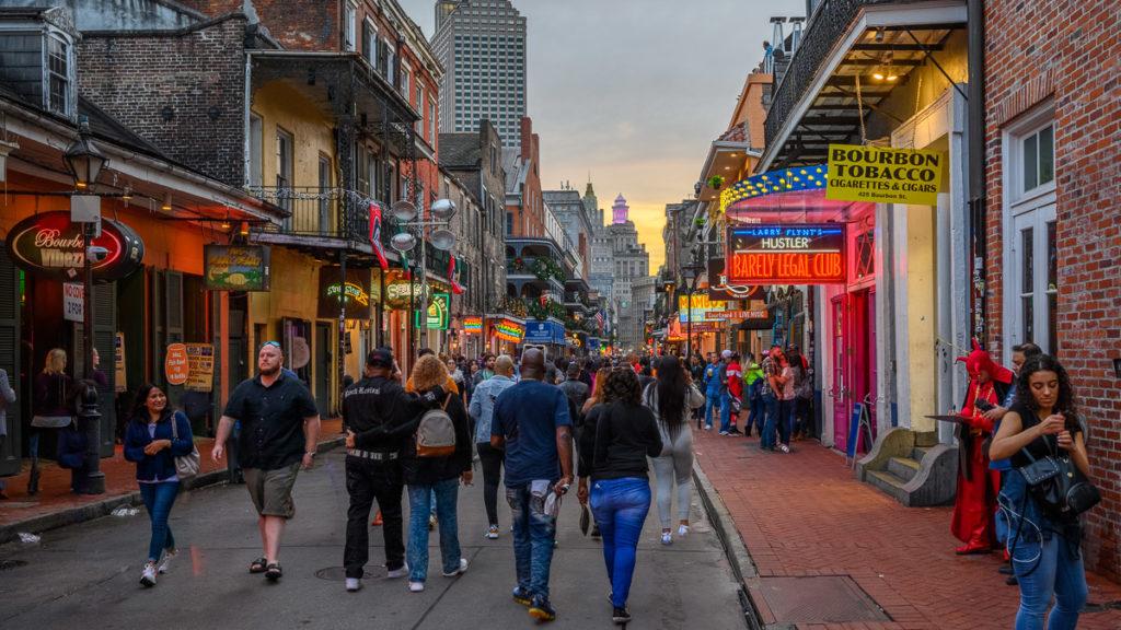 Menschenmenge in der abendlichen Bourbon Street New Orleans