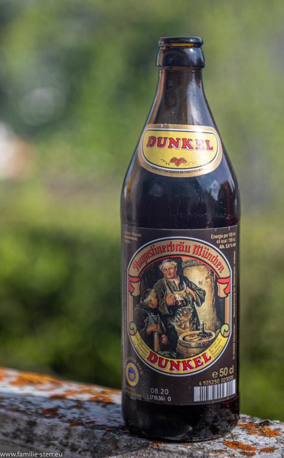 eine Flasche Augustiner Dunkel