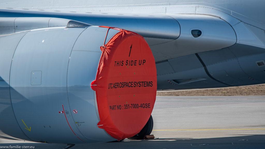 Triebwerk einer A 350 der Lufthansa mit roter Abdeckung