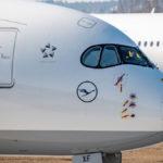 Der Bug eines Airbus A350 der Lufthansa mit abgedeckten Sensoren