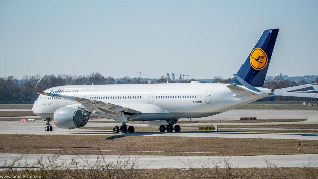 ein Lufthansa Airbus A350 steht scheinbar startbereit an der nördlichen Startbahn am Flughafen München