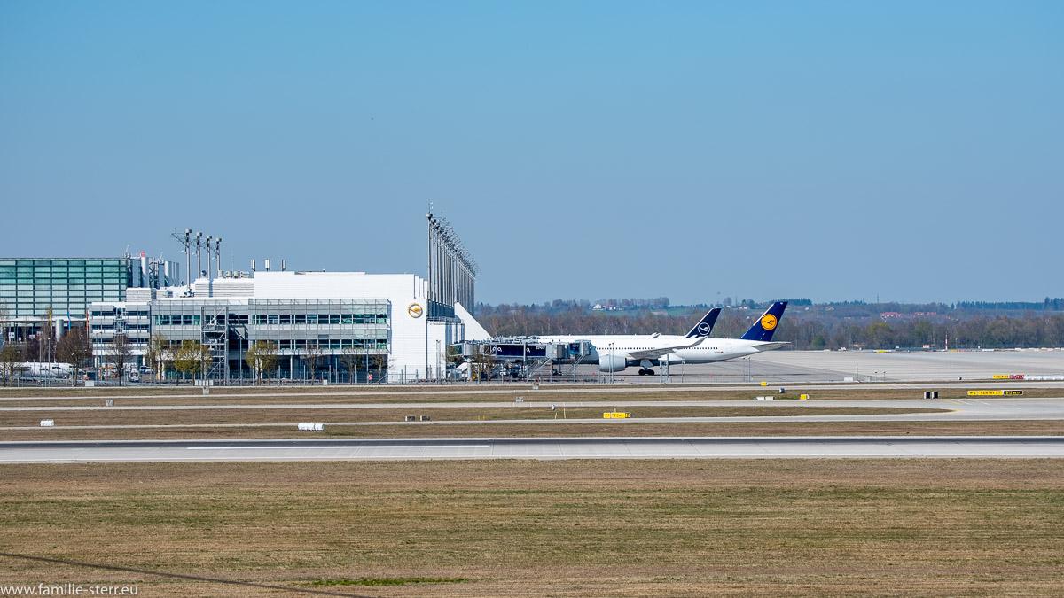 vor dem Terminal 2 am Flughafen München stehen nur zwei Flugzeuge
