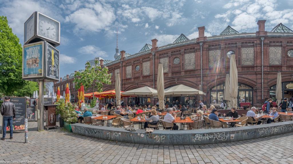Hackescher Markt Berlin in schönem weiß-blauem Himmel
