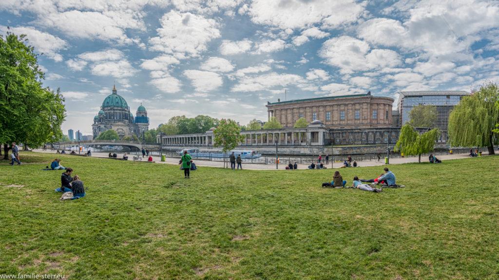 Liegewiese an der Spree mit Blick auf den Berliner Dom