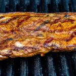 riesiges Holzfällersteak auf dem Grill