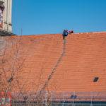 Dachdecker auf dem Dach der Kirche Altenerding