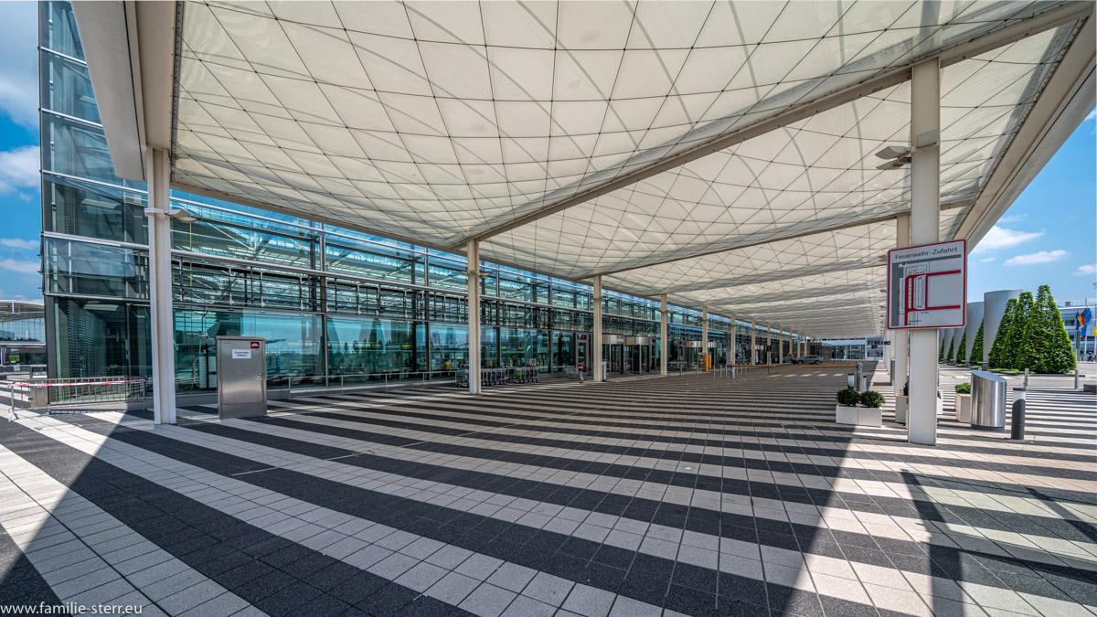 leere Vorfahrt vor dem Abflugbereich am Terminal 2 am Flughafen München