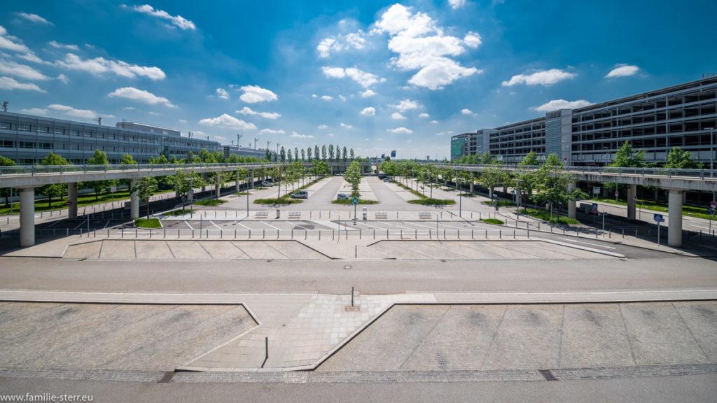 leerer Parkplatz vor dem Ankunftsbereich des Terminal 2